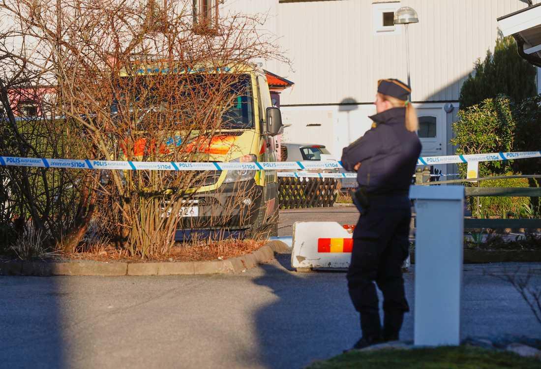 Mannen, som sköts av polisen, är förd till sjukhus med oklara skador.