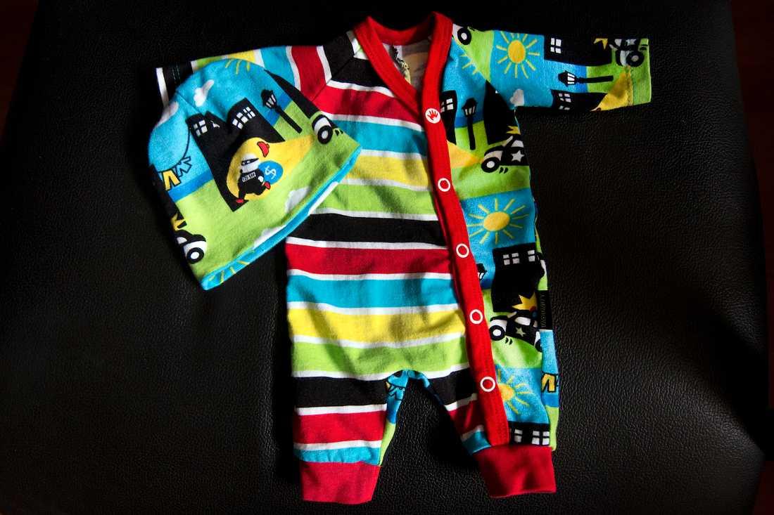 De små kläderna är sydda med omlottknäppning för att de ska vara lätta att ta av och på.
