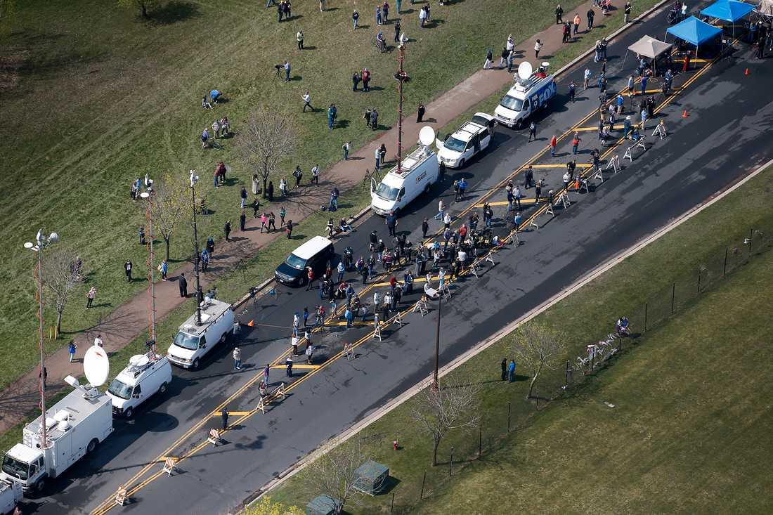 Media och fans samlas utanför Paisley Park Studios i Minneapolis.