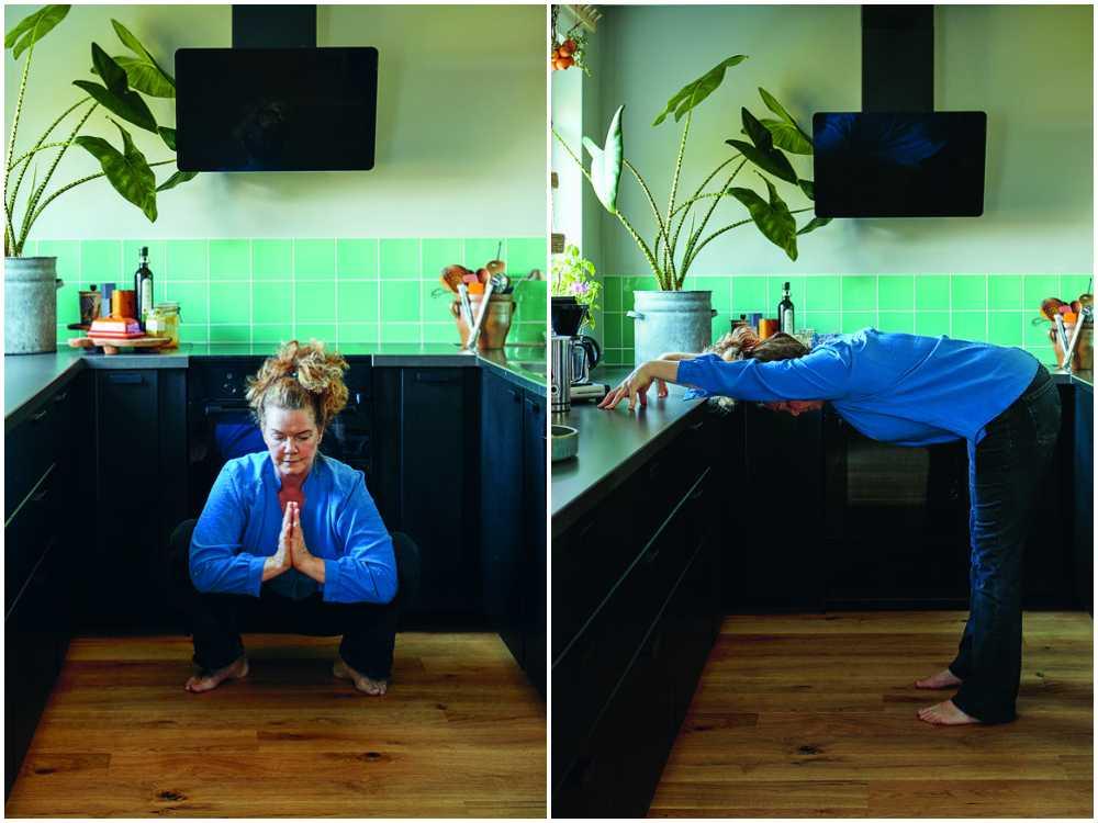 Bild 1: Sätt dig ner på huk, räta upp ryggraden, för ihop handflatorna och pressa armbågarna lätt mot insidan av knäna. Bild 2: Ställ dig med parallella fötter höftbrett isär och på armlängds avstånd från köksbänken. Fäll överkroppen framåt från höften, ta stöd mot bänken med händerna.