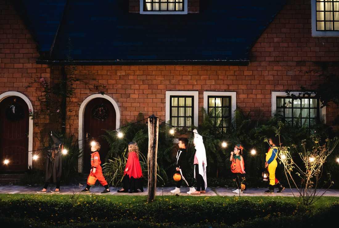 På Halloween går barnen och knackar dörr för bus eller godis, den engelska traditionen trick or treat.
