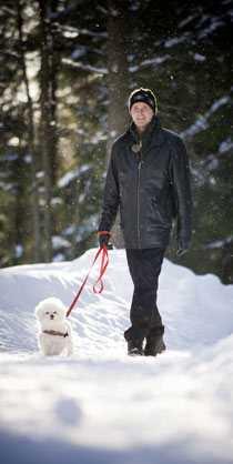 Leif gillar att promenera med sin hund, men sjukdomen gör att det blir mindre ansträngande rundor.