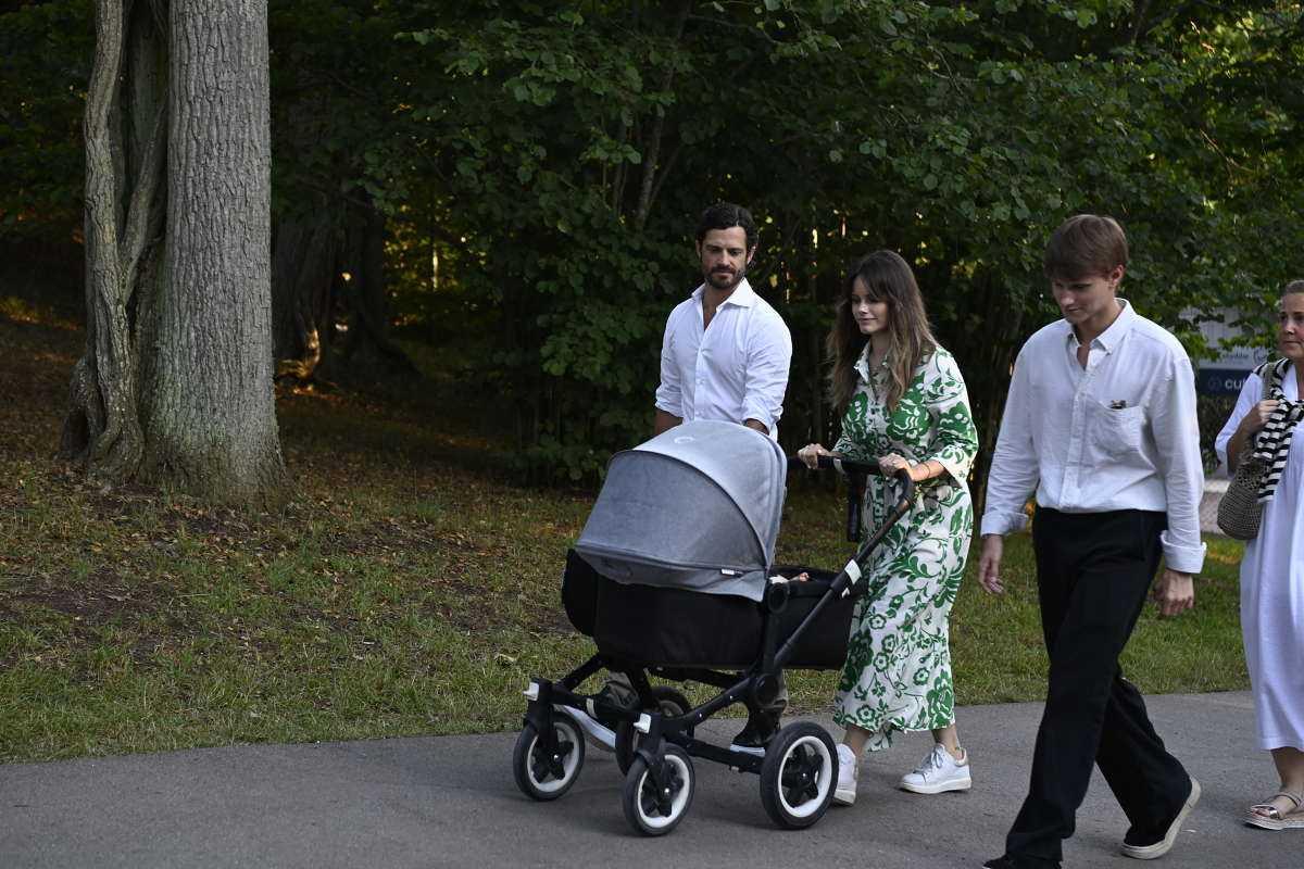 Prins Carl Philip och prinsessan Sofia med barnvagnen.