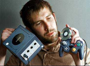 BEDÅRAD Vilken skön design - och vilka härliga spel. Aftonbladets spelredaktör Henrik Rudin faller direkt för pyttelilla Gamecube med sina pyttesmå skivor. Det blir fyra plus - och Playstation 2 får se upp.