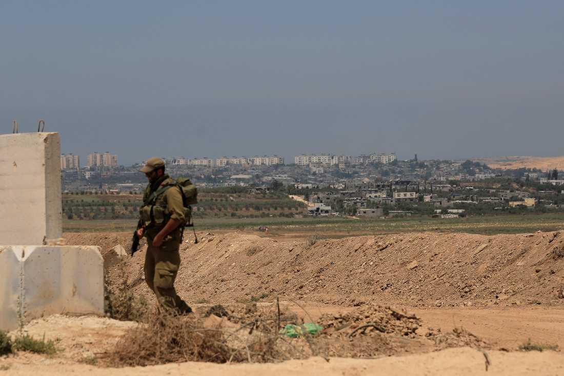 Israelisk militär vid en postering nära gränsen mellan Israel och Gazaremsan. Personen på bilden har inget med texten att göra. Arkivbild.