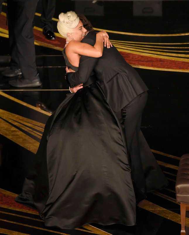 """Lady Gaga och Bradley Cooper uppträdde med låten """"Shallow""""."""