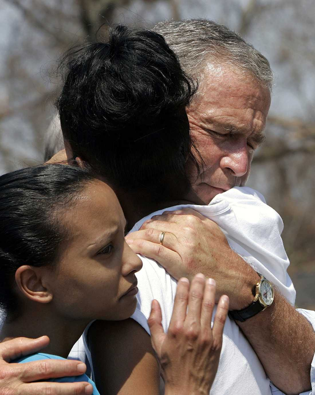 President Bush tröstar två systrar efter orkanen Katrina år 2005.