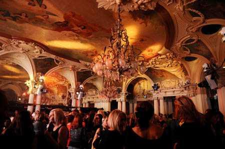Äntligen! Café Opera fylldes snabbt med folk.