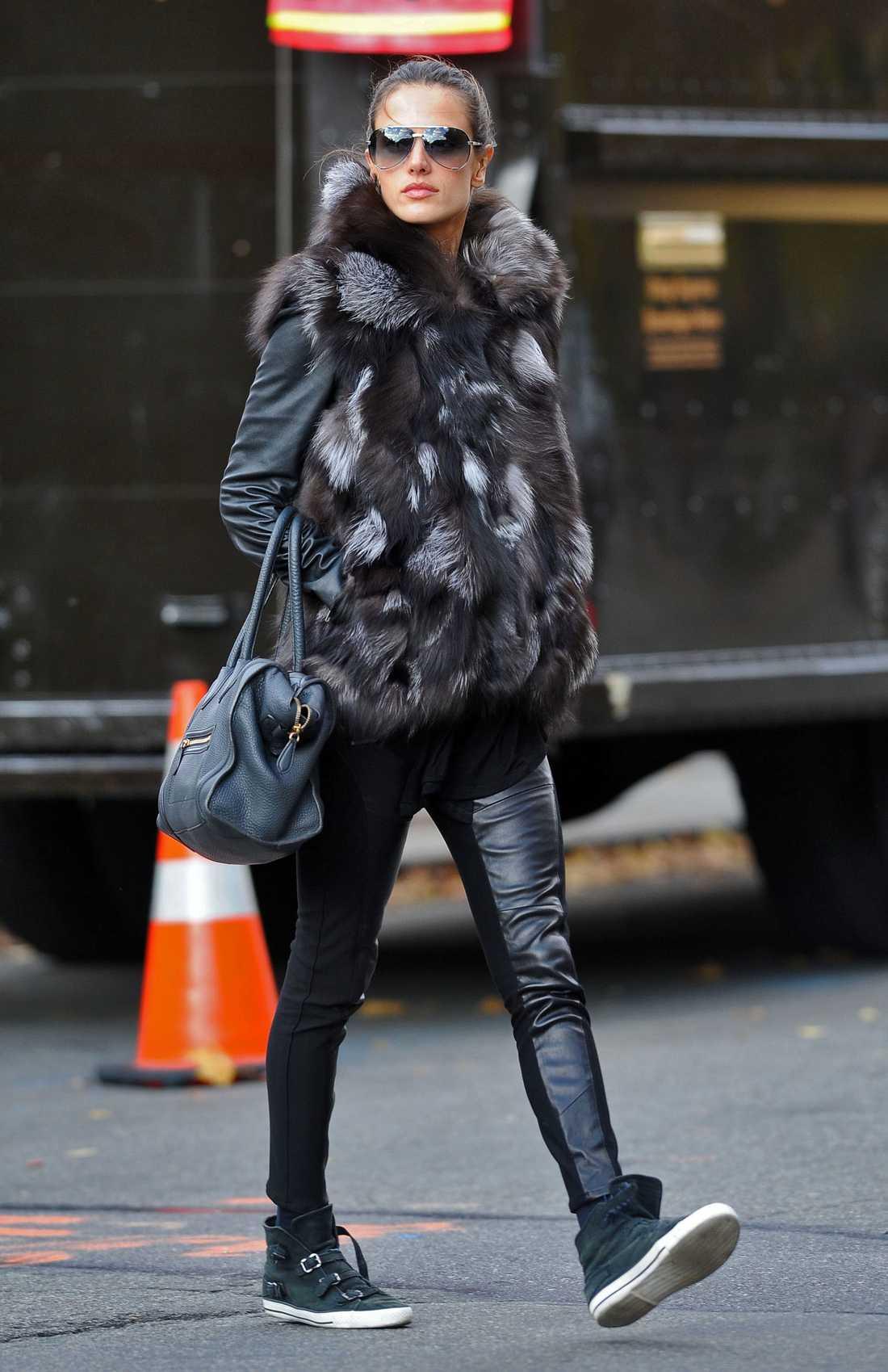 """""""Victoria´ secret"""" -modellen Allessandra Ambrosio, 30, värmer tassarna i en långhårig pälsjacka."""