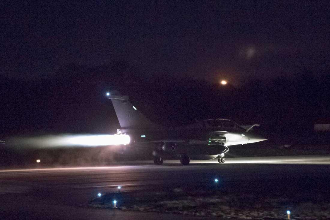 Ett fransk plan lyfter i samband med attacken mot Syrien.