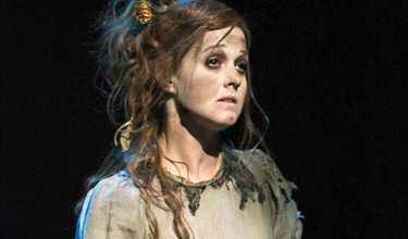 Thérèse Andersson som Eliza Doolittle. Hon får sig en rejäl makeover i musikalen. Foto: INGMAR JERNBERG