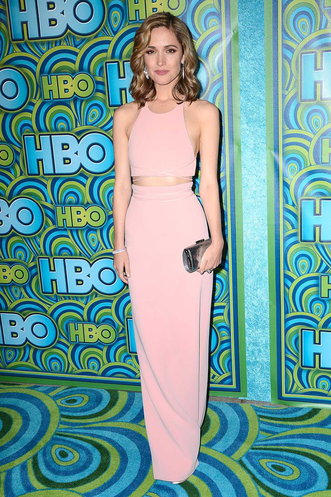 Rose Byrne Rose Byrne strålade i en ljusrosa klänning som lämnade magen bar, från Calvin Klein collection.