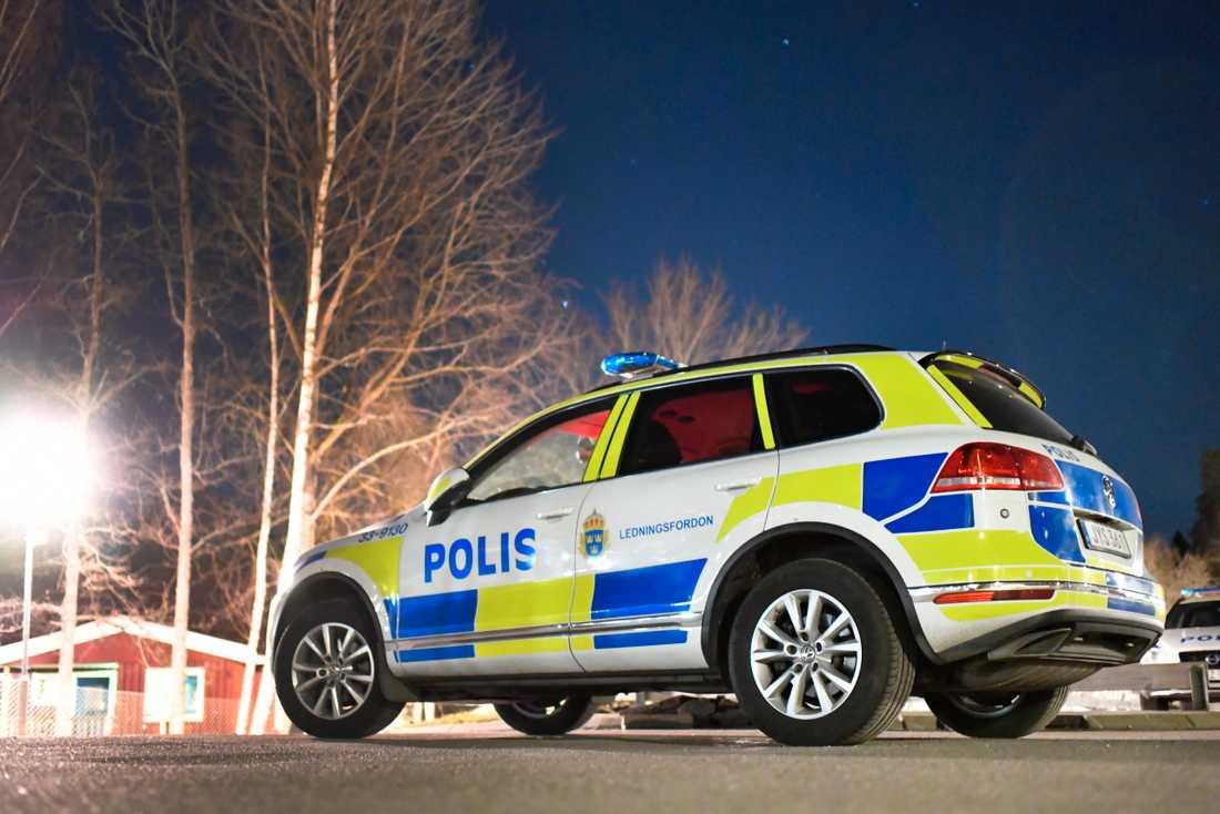 Polis på plats där en man i 20-årsåldern sköts i Märsta, norr om Stockholm på söndagskvällen.