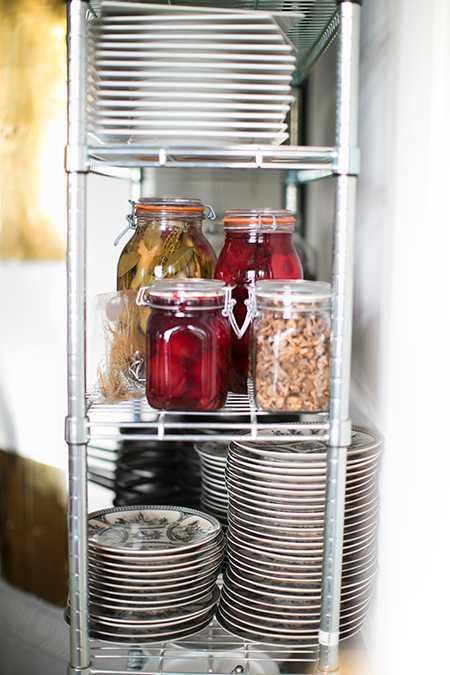 Hyllor i köket- både snyggt och praktiskt