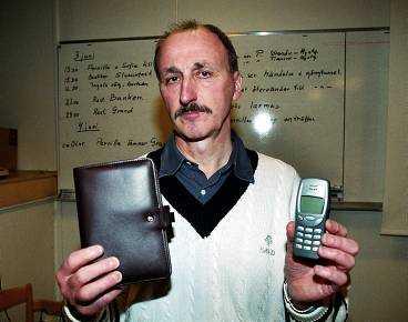 STAL OFFRETS VÄRDESAKER Spaningschef Jan Trygg visar hur Pernilla Hellgrens filofax och mobiltelefon såg ut - de stals av mördaren. Han kommer - om han grips - att kunna bindas vid brottet sedan DNA från en man säkrats på Pernillas kläder.