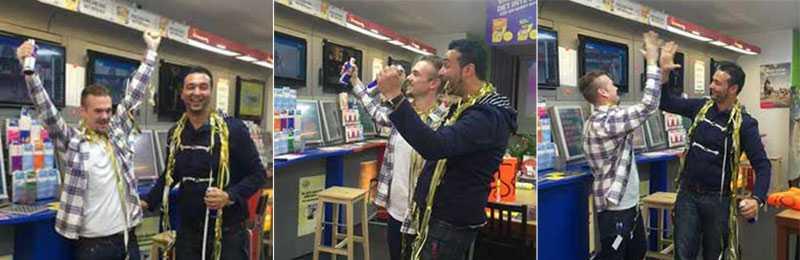 Rex Sjöholm och Baydar Alsabry firar efter vinstsuccén. Deras spelbutik drg in 18,7 miljoner kronor på V75.
