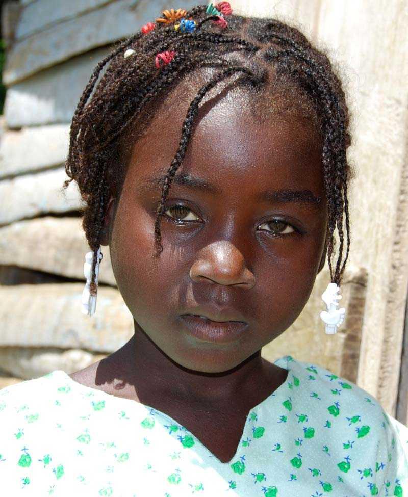 Eveline är sju år och hennes föräldrar har inte råd att låta henne gå i skolan. Istället måste hon arbeta eller tigga för att bidra till familjens försörjning.