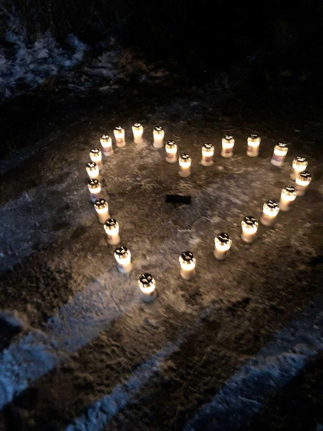 Tända ljus vid samlingsplatsen för sökandet efter Wilma Andersson, 17.