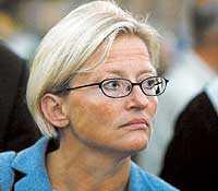 Anna Lindhs kamp följdes av hennes närmaste och vänner   och av hela svenska folket.