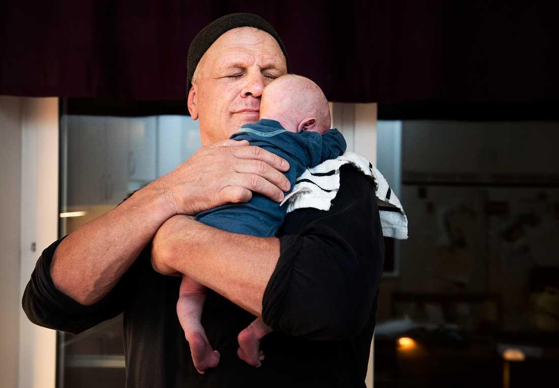 Frank Andersson med då nyfödde sonen Winston i Oktober 2012.