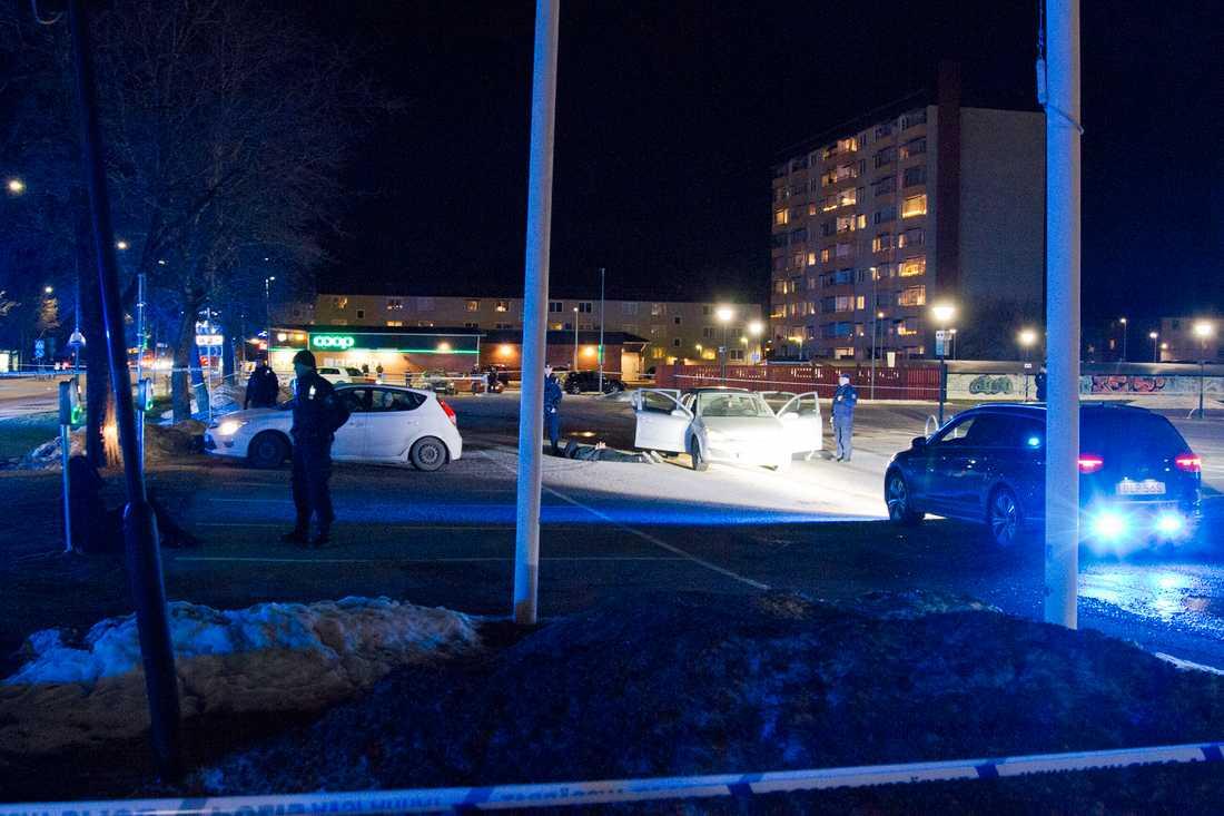 En man skottskadades och knivskars i Sandviken på lördagskvällen.