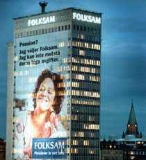 Reklam för pensionsval på fasaden för pensionsval på fasaden till Folksamhuset i Stockholm. En ovanlig syn enligt undersökningen.
