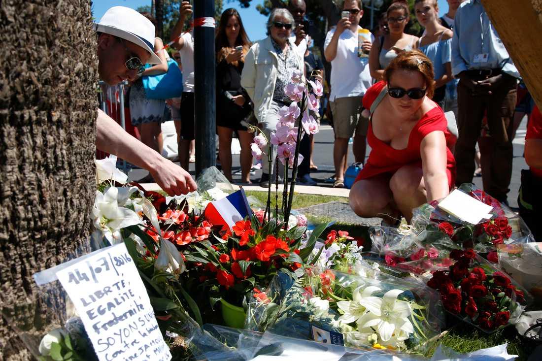 Många blommar lämnades under fredagen på Promenade des Anglais där en man på torsdagskvällen körde ihjäl ett stort antal gångtrafikanter med en lastbil.