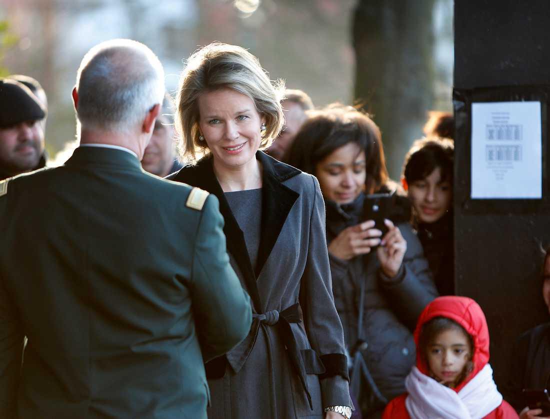 Belgiska drottningen Mathilde tackar räddningspersonalen för deras insats.