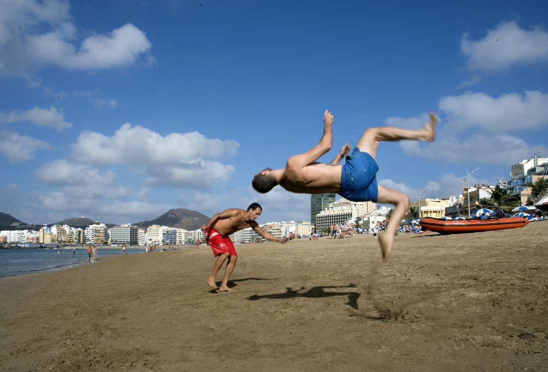 Gabriel Oliveira (röda shorts) och Ozjel Pérez (blå) tränar i sanden på Las Canteras-stranden.