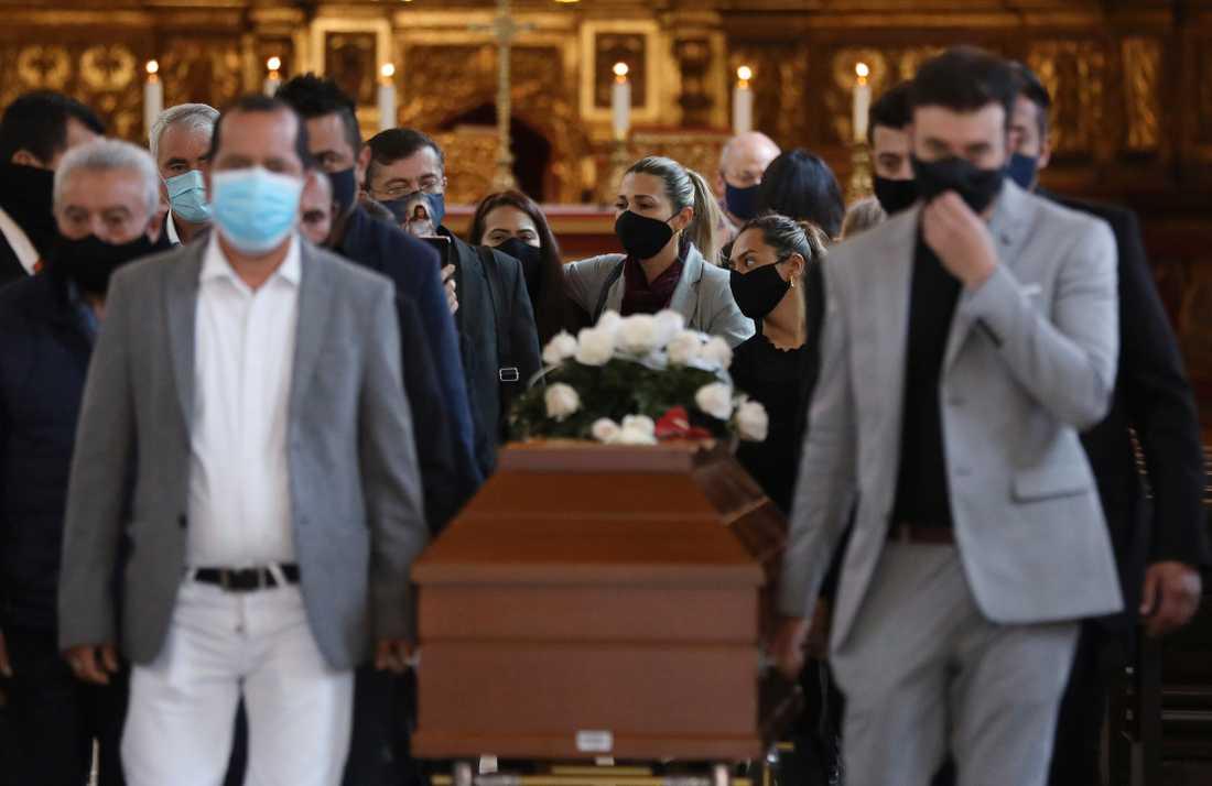 Anhöriga till Javier Ordóñez, som dog efter att ha gripits av polis, bär hans kista under en begravningsmässa i Bogotá den 16 september.