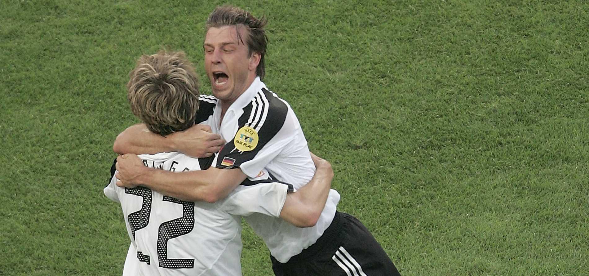 Torsten Frings får en attackkram av Bernd Schneider efter sitt mål i EM 2004.