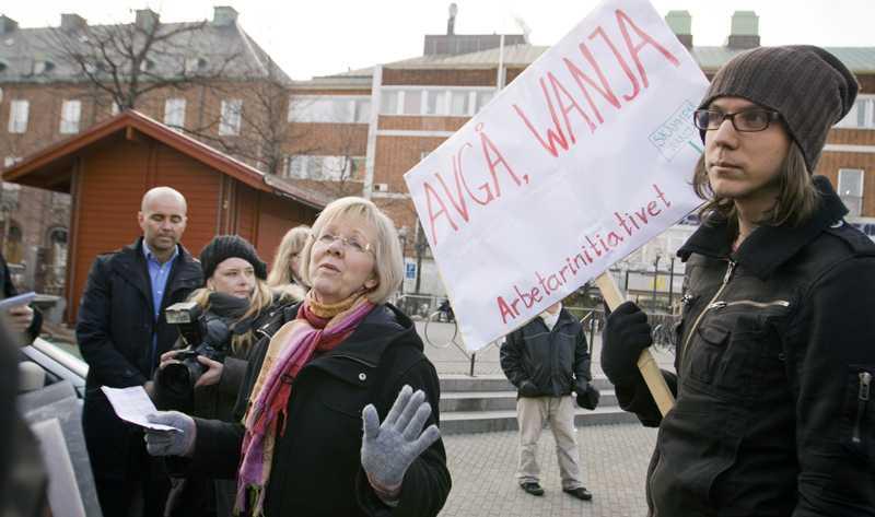 Många av medlemmarna visade öppet sitt missnöje när Wanja Lundby-Wedin idag talade på ett torg i Umeå.