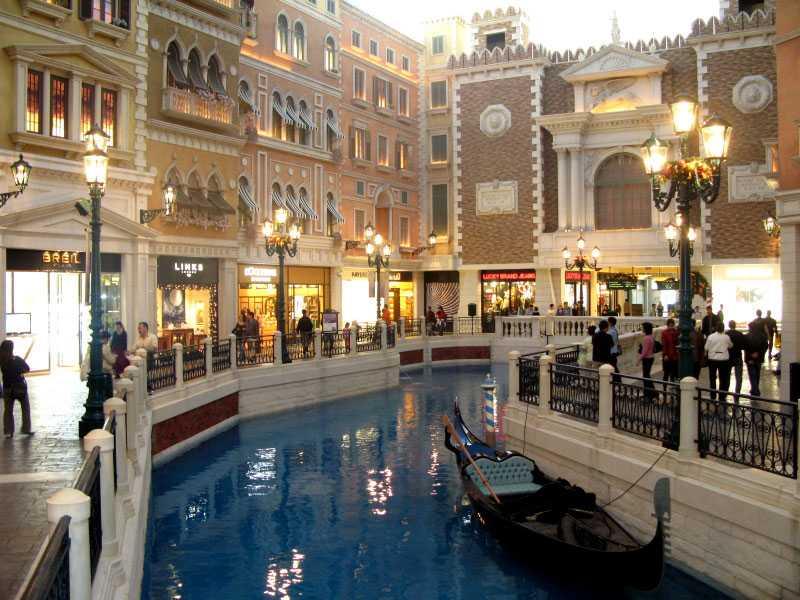 Venetian Räknas som världens tredje största Venedig, efter originalet i Italien och kopian i Macau. Innehåller, förutom kanaler där du kan åka gondol, bland annat 4 049 sviter, 4 059 hotellrum och ett 120 000 kvadratmeter stort casino.