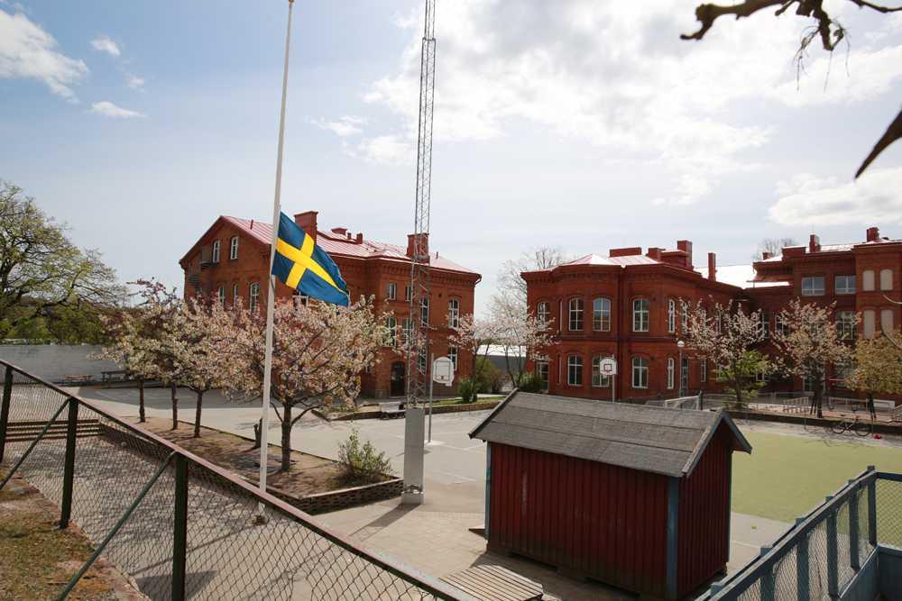 Skolan där den 8-åriga flickan gick flaggar på halv stång