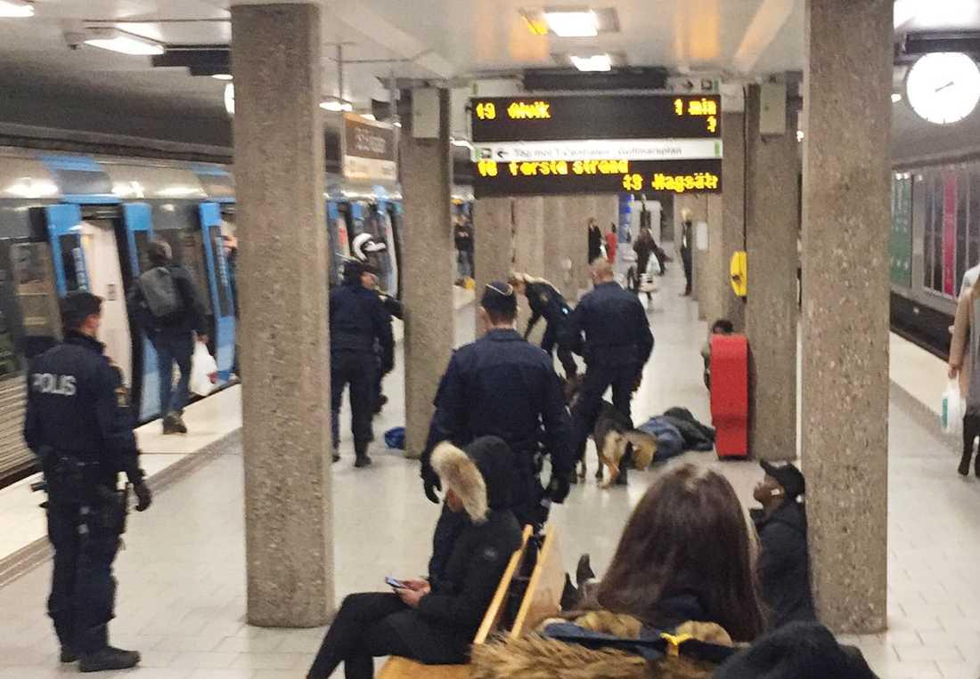 Stort tumult på en tunnelbanestation i Stockholm.