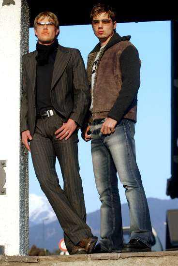 """Träningsoverallerna är borta - i stället är det designade kostymer och trendigt slitna jeans som gäller för Mathias Fredriksson och Per Elofsson. De snoriga näsorna är också ett minne blott. """"Givetvis vill man se okej ut, speciellt när"""