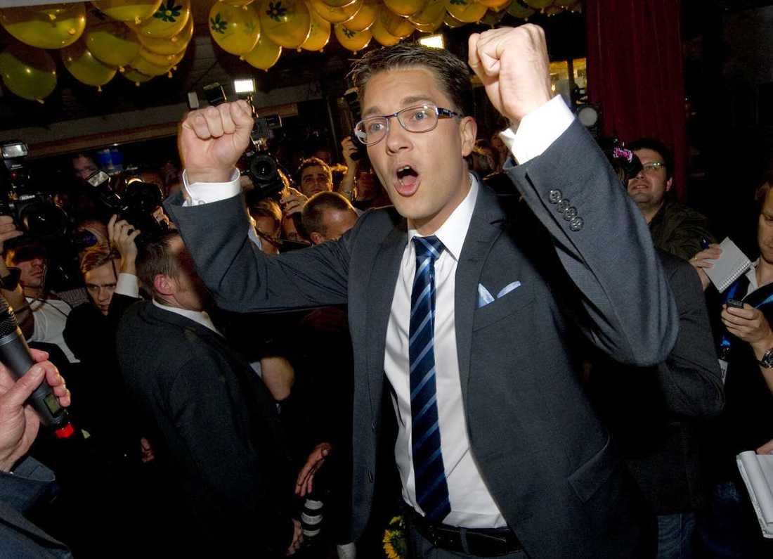 Partiledaren Jimmie Åkesson jublande glad över SD:s valresultat.