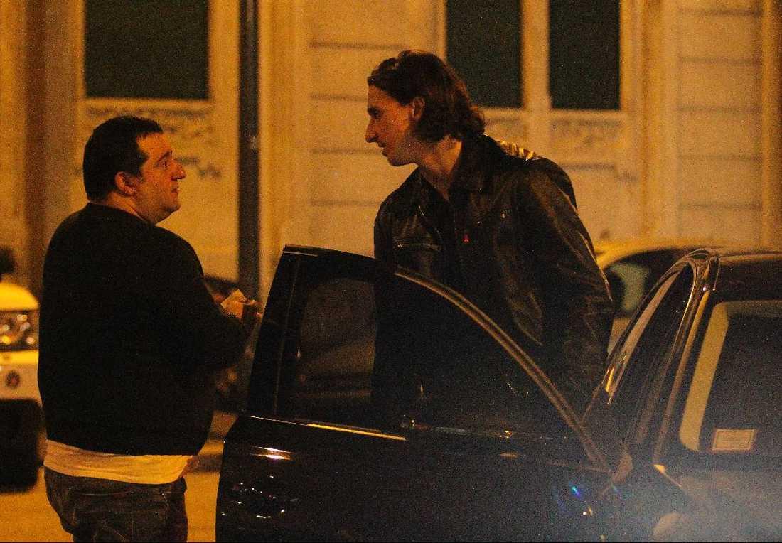 Zlatans flytt till PSG ser ut att få vänta på sig. Hans agent Mino Raiola förhandlar fortfarande med Parisklubben.