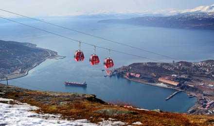 Narvik ligger bara fem mil från Riksgränsen. Utsikten från fjället ut över Ofotsfjorden är svindlande.