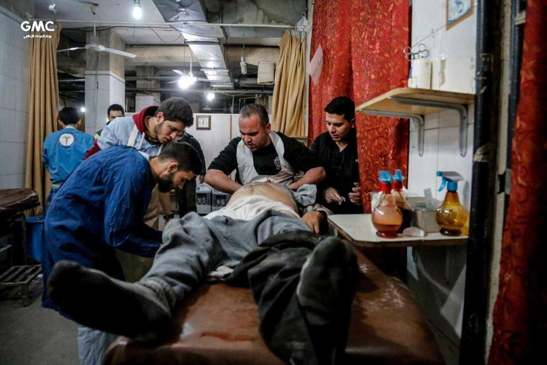 Sjukhusen i östra Ghouta har stängt på grund av attackerna. Här syns vårdpersonal ta hand om en skadad man på en provisorisk klinik. Bilden kommer från det regimkritiska aktivistnätverket Ghouta Media Center och distribueras av nyhetsbyrån AP.