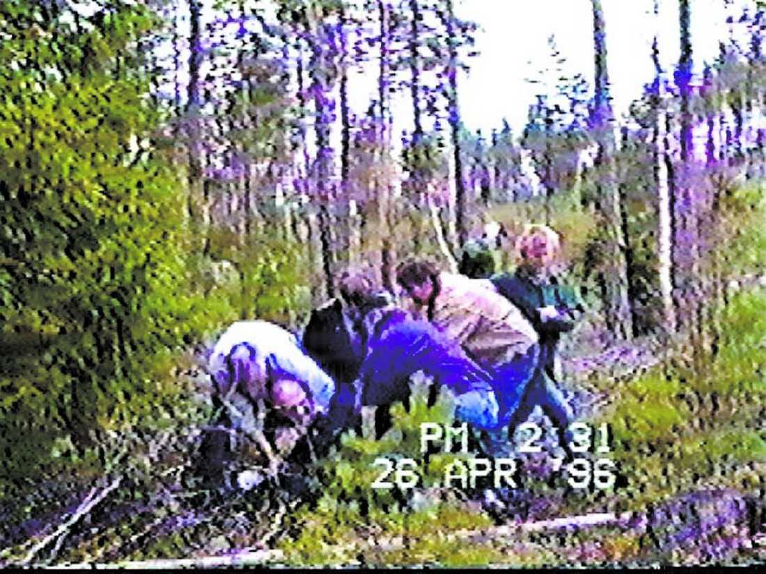 Thomas Quick påstod att han rövat bort Therese, dödat henne och bränt kroppen. Kvarlevorna skulle finnas i en skog där han vallades under dramatiska former 1996. Polisens tekniker hittade två brända benbitar i skogen – men inget bevis för att det var rester från Thereses kropp.