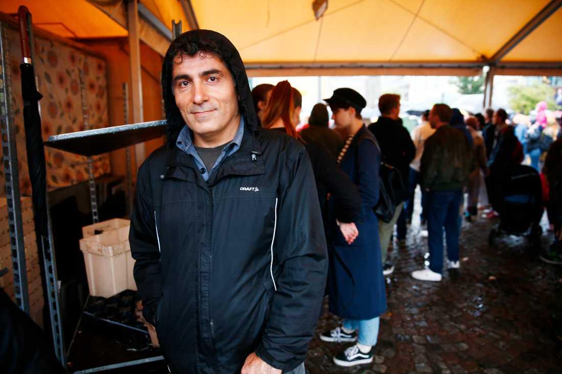 Shaho Khizri, 48, Stockholm. – Jag delar delvis samma öde som många av de som flyr nu. Jag är kurd från Iran och kom hit 1987. Jag tycker att alla ska ha rätt till asyl. Politikerna måste hitta mekanismer så att de kan bli mottagna utan att riskera sina liv.