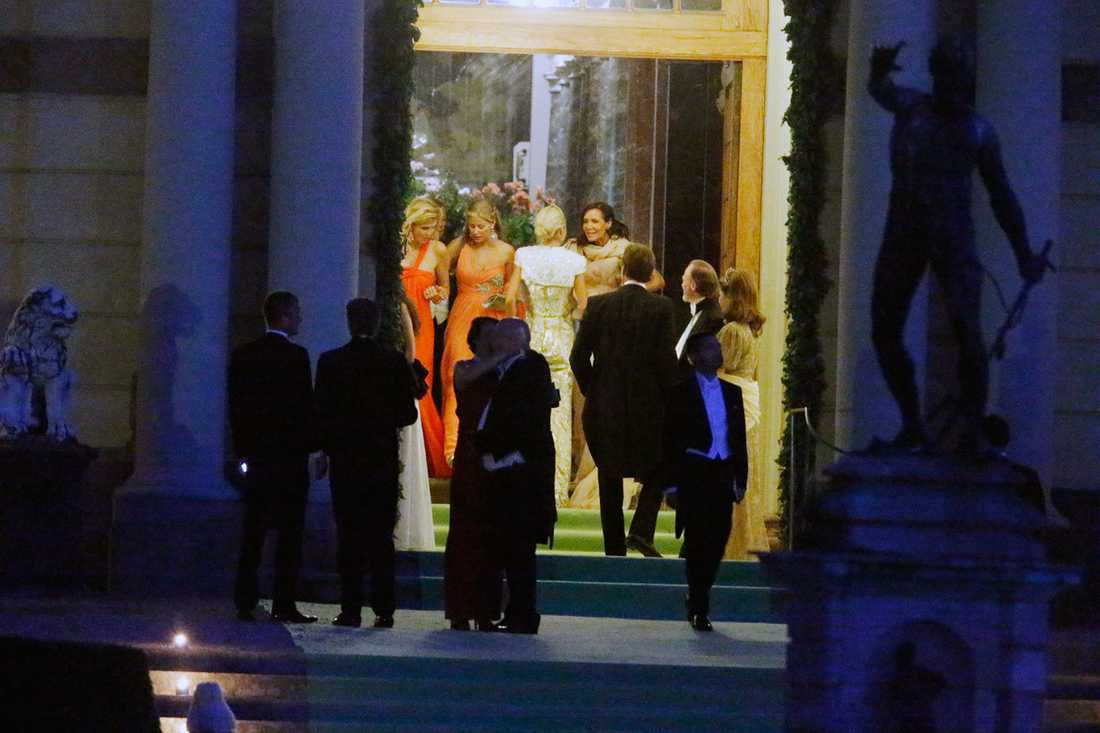 Här lämnar flera av gästerna festen.