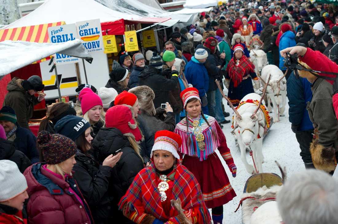 Familjen Kuhmunens renrajd tågar genom Jokkmokks marknad. I år blir marknaden digital. Arkivbild från 2011.