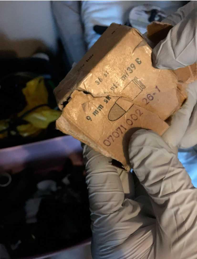 I ett av sovrummen hos 15-åringen hittade polisen en tom förpackning för ammunition.