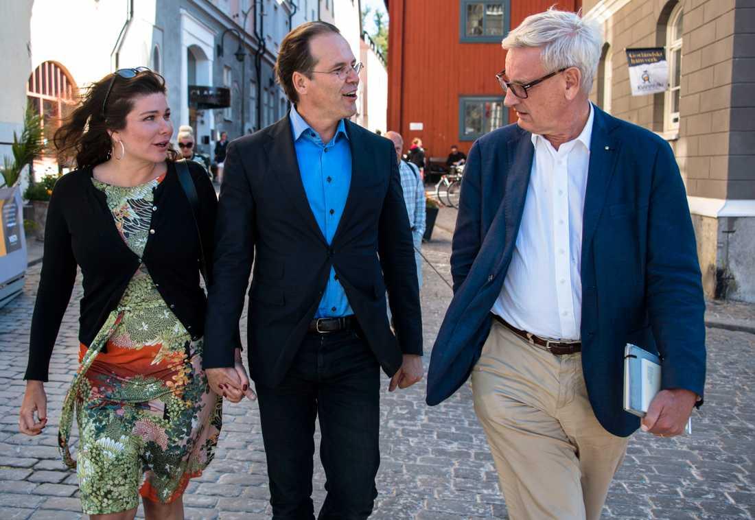 Carl Bildt i samspråk med Anders Borg och Dominika Peczynski.