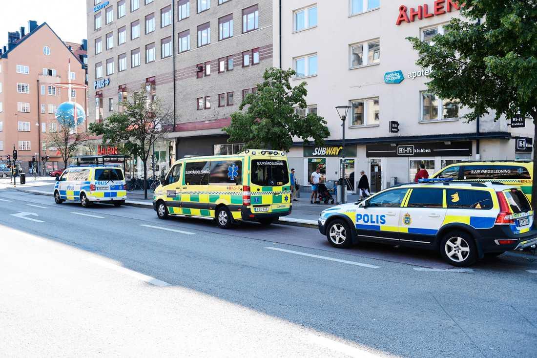 Polisen vid Skanstulls tunnelbana.