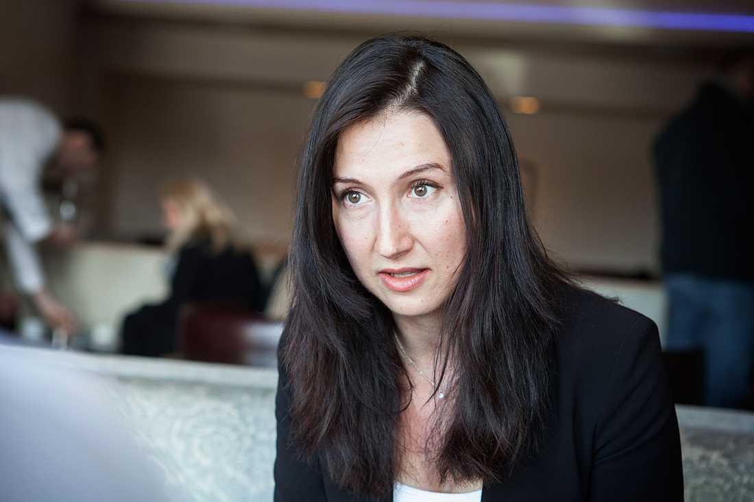 """""""Bara att det finns en diskussion om vilken hudfärg människor har inom vänstern är djupt problematiskt. I stället borde man fokusera på det som är viktigt – hur man bygger vidare på ett starkt samhälle och ser till att människor utbildar sig och att fler jobb skapas"""", säger Aida Hadzialic (S)."""