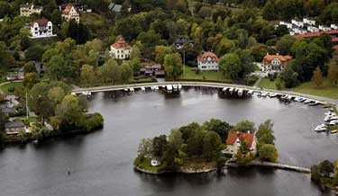 Guldkusten Här, på Strandvägen i Djursholm, ligger Sveriges enda riktiga miljonärsghetto. Här trängs kungligheter med företagsledare och artister och till och med genomsnittsinvånaren är miljonär.