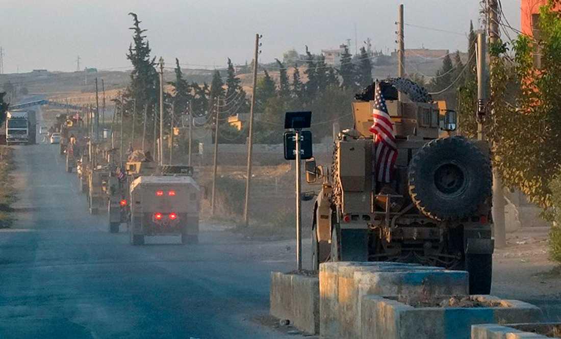 Amerikanska militärfordon färdas på en väg i nordöstra Syrien. Bilden kommer från kurdiska nyhetsbyrån Anha.